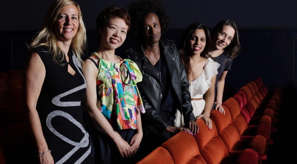 Die Dokumentaristin Barbara Miller (l.) und vier ihrer Protagonistinnen